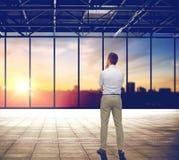 Geschäftsmann, der über Büro- und Stadtansicht denkt Lizenzfreie Stockfotos