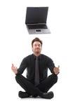Geschäftsmann, der über einen Laptop träumt Stockfoto