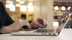 Geschäftsmann, der über Schreibenfingerhand des Computerbüros auf Laptoptastatur arbeitet stock video footage