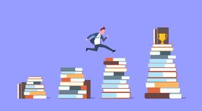Geschäftsmann, der über Stapel Bücher zum goldener Cup-erfolgreichen Geschäftsmann Winner springt Stockbilder