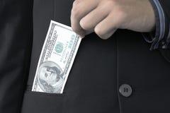 Geschäftsmann, der 100 Dollar anhält Stockbild