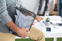 Geschäftsmann, der Abfalleimer mit Papieren hält Lizenzfreie Stockfotografie