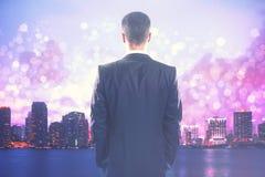 Geschäftsmann, der abstrakte Stadt betrachtet Lizenzfreie Stockbilder