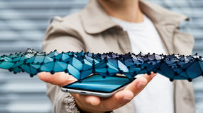 Geschäftsmann, der abstrakte Wellenverbindung über seinem beweglichen pho hält Stockbilder
