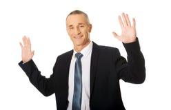 Geschäftsmann, der abstrakten Schirm bedrängt Lizenzfreies Stockbild