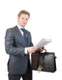Geschäftsmann, der Aktenmappe und Dokumente verwahrt stockbilder