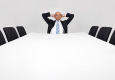 Geschäftsmann, der alleine sitzt Lizenzfreie Stockbilder