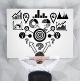 Geschäftsmann, der analitics Entwurf betrachtet Stockfoto