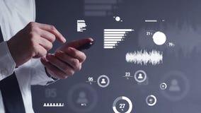 Geschäftsmann, der Analyse der kommerziellen Daten auf Handygerät im Büro durchführt
