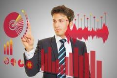 Geschäftsmann, der Analyse von Finanzdaten überprüft lizenzfreies stockfoto