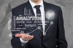 Geschäftsmann, der Analytik hält Stockfotografie