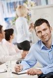 Geschäftsmann, der Anmerkungen auf Sitzung bildet Stockfotos