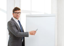 Geschäftsmann, der auf Brett des leichten Schlages im Büro zeigt Stockfotografie