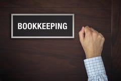 Geschäftsmann, der auf Buchhaltungsbürotür klopft Lizenzfreies Stockfoto