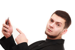 Geschäftsmann, der auf das Telefon zeigt Stockfoto