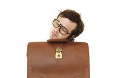 Geschäftsmann, der auf dem braunen Kasten schläft. Lizenzfreie Stockfotos