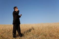 Geschäftsmann, der auf dem Mobiltelefon spricht stockbild