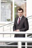Geschäftsmann, der auf dem Schwellwert steht Stockfoto