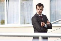 Geschäftsmann, der auf dem Schwellwert steht Stockfotos