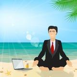 Geschäftsmann, der auf dem Strand meditiert im Lotos positi sitzt lizenzfreie abbildung