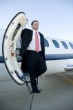 Geschäftsmann, der auf den Jobstepps des Geschäftsflugzeugs steht Lizenzfreies Stockfoto