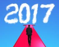 Geschäftsmann, der auf den Pfeil geht in Richtung zu Wolke 2017 geht Lizenzfreie Stockfotos