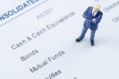 Geschäftsmann, der auf der Aktienanlage steht Lizenzfreies Stockfoto