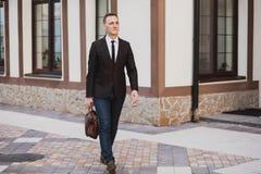 Geschäftsmann, der auf die Straße geht Stockfotografie
