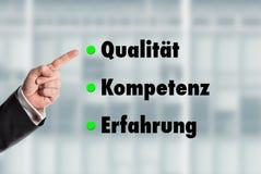 Geschäftsmann, der auf die Wörter, Qualität-Kompetenz-Experienc zeigt Stockfotos