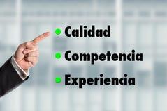 Geschäftsmann, der auf die Wörter, Qualität-Kompetenz-Experienc zeigt Stockfoto
