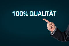 Geschäftsmann, der auf die Wörter Qualität 100% zeigt Lizenzfreies Stockbild