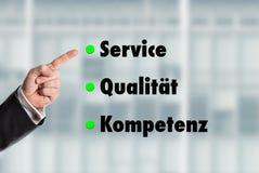 Geschäftsmann, der auf die Wörter, Service-Qualität-Kompetenz zeigt Lizenzfreie Stockfotos