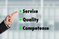 Geschäftsmann, der auf die Wörter, Service-Qualität-Kompetenz zeigt Stockbild