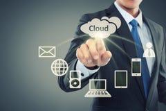 Geschäftsmann, der auf die Wolkendatenverarbeitung zeigt Lizenzfreie Stockfotografie