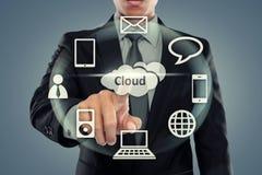 Geschäftsmann, der auf die Wolkendatenverarbeitung zeigt Stockfoto
