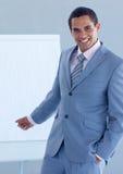 Geschäftsmann, der auf ein whiteboard zeigt Stockfoto
