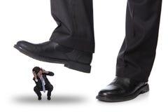 Geschäftsmann, der auf einem Furchtmann steping ist Stockfotos