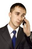 Geschäftsmann, der auf einem Mobiltelefon spricht stockfotografie
