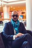 Geschäftsmann, der auf einem Sofa im Hotel sitzt Stockbilder