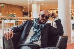 Geschäftsmann, der auf einem Sofa im Hotel sitzt Stockfotos