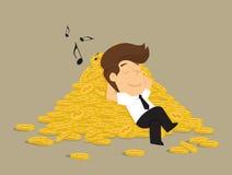 Geschäftsmann, der auf einem Stapel von Münzen, Gewinne schläft Lizenzfreies Stockfoto