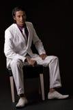 Geschäftsmann, der auf einem Stuhl sitzt lizenzfreie stockfotos