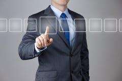 Geschäftsmann, der auf einen Touch Screen drückt Lizenzfreie Stockfotos