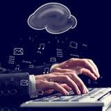 Geschäftsmann, der auf einer Computertastatur schreibt Stockfotos