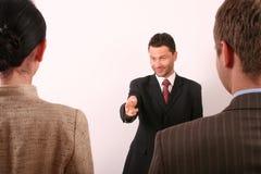 Geschäftsmann, der auf Frau zeigt Lizenzfreies Stockbild