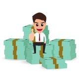 Geschäftsmann, der auf Geldstapeln sitzt Lizenzfreie Stockbilder