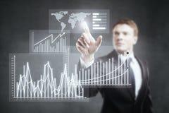 Geschäftsmann, der auf Geschäftsdiagramm zeigt Stockfoto