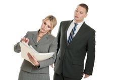 Geschäftsmann, der auf Geschäftsfrau ausspioniert Stockfotos