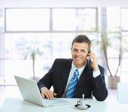 Geschäftsmann, der auf Handy spricht Stockbild