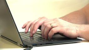 Geschäftsmann, der auf hes Laptop schreibt stock video